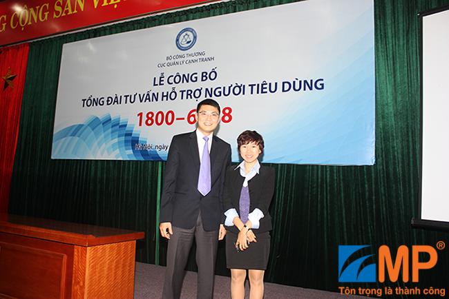 Bà Đoàn Thu Trang – Phó TGĐ MP Telecom và ông Trịnh Anh Tuấn, Phó Cục trưởng, Cục Quản lý Cạnh tranh, Bộ Công Thương  – Tại Lễ công bố Tổng đài Tư vấn – Hỗ trợ Người tiêu dùng 18006838 ngày 06/03/2015.