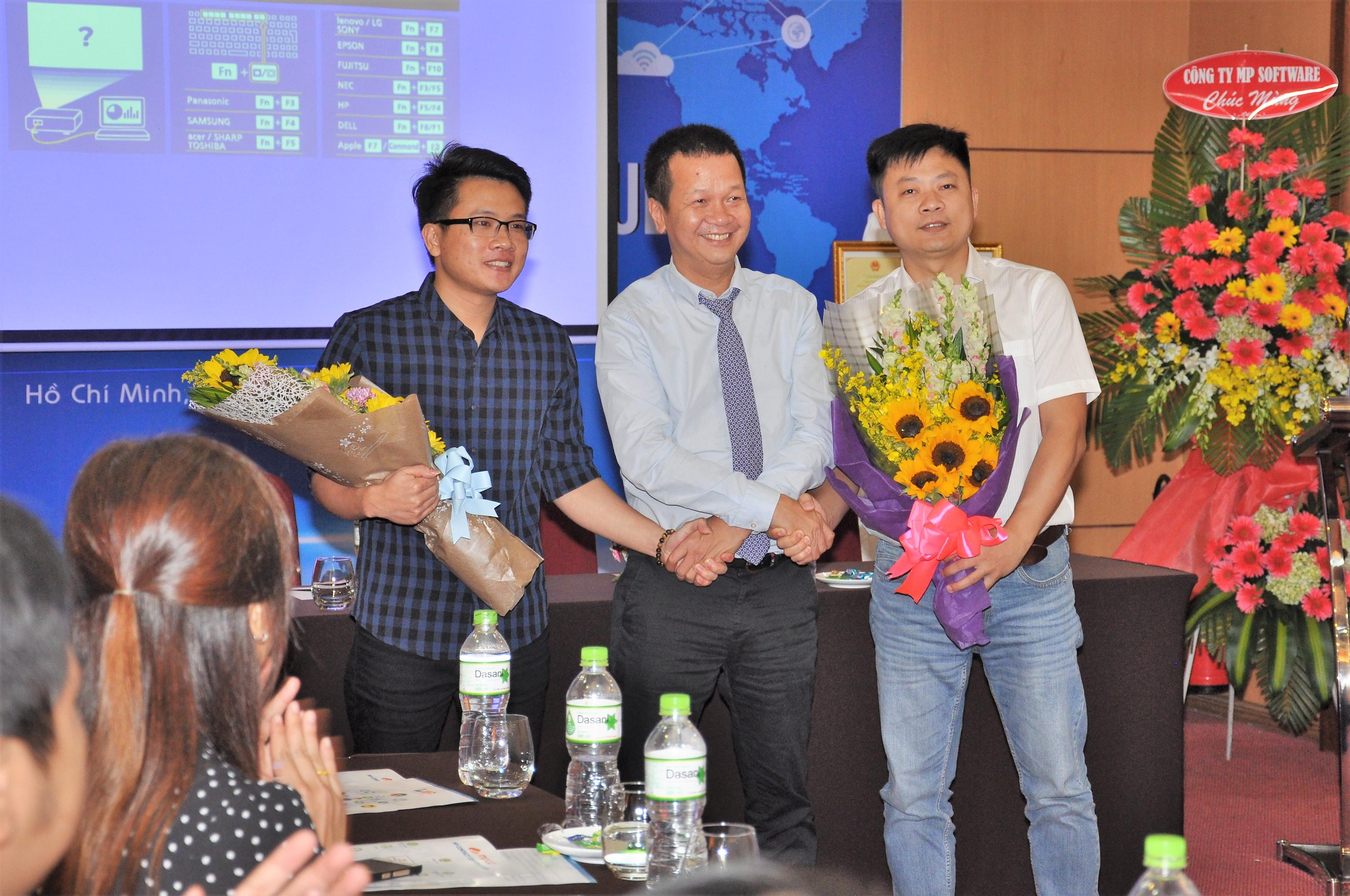 Ông Nguyễn Việt Trung - TGĐ Công ty Minh Phúc tặng hoa chúc mừng nhóm phát triển giải pháp quản lý Contact Center.